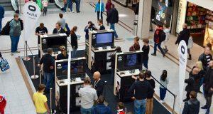 VR-Interessierte spielen Oculus Rift im Einkaufszentrum